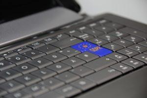 computer con tastiera e il logo del gdpr